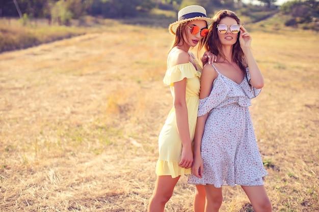 Duas namoradas bonitas em vestidos de verão Foto Premium