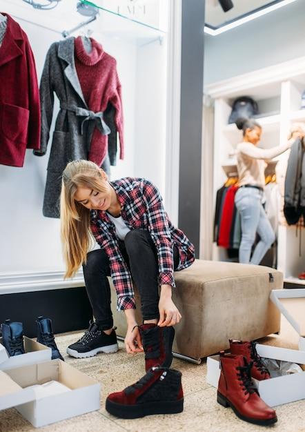 Duas namoradas comprando roupas e sapatos Foto Premium