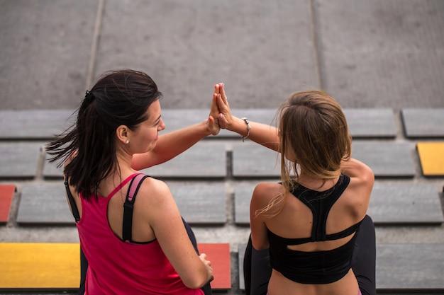 Duas namoradas fazendo esportes Foto gratuita