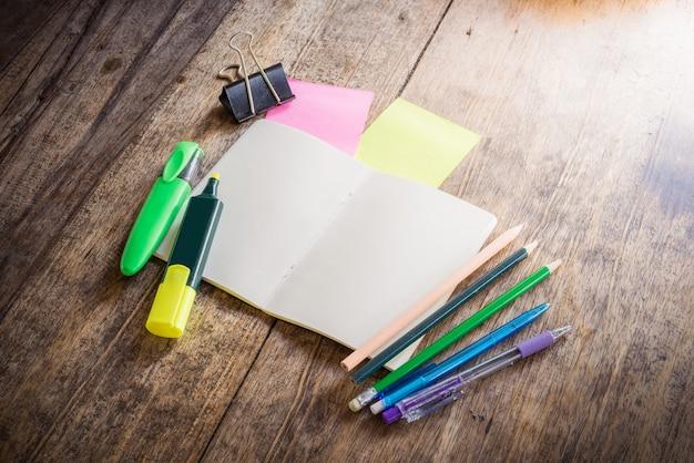 Duas notas auto-adesivas coloridas em branco, caderno, lápis, caneta de marca-texto, clip Foto Premium