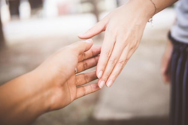 Resultado de imagem para duas pessoas mãos dadas