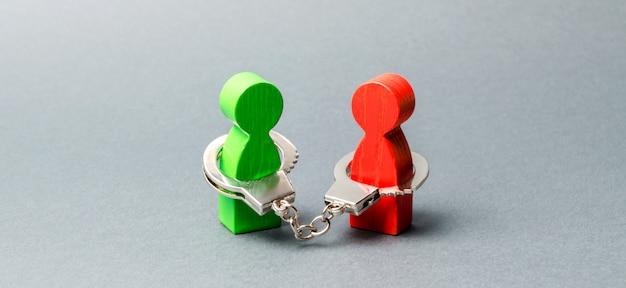 Duas pessoas estão algemadas. vínculo inquebrável. fortes relações de confiança e parceiros confiáveis. Foto Premium