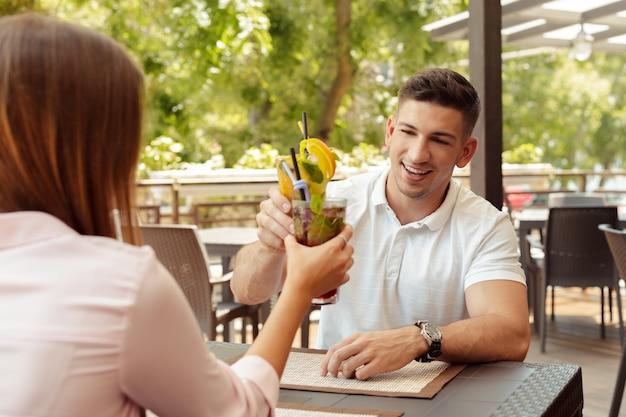 Duas pessoas no café, aproveitando o tempo gasto um com o outro Foto Premium