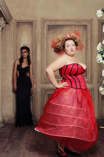 Duas rainhas em vestido de carnaval. preto e vermelho. Foto Premium