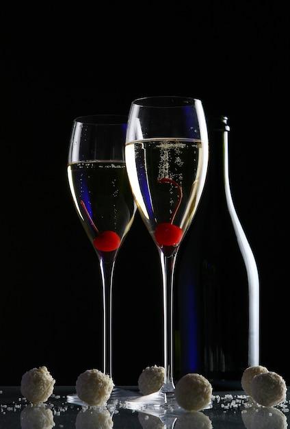 Duas taças com champanhe Foto gratuita
