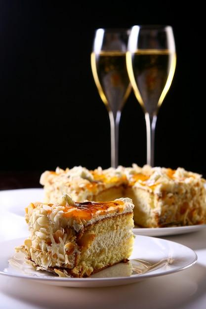 Duas taças de champanhe com bolo Foto gratuita