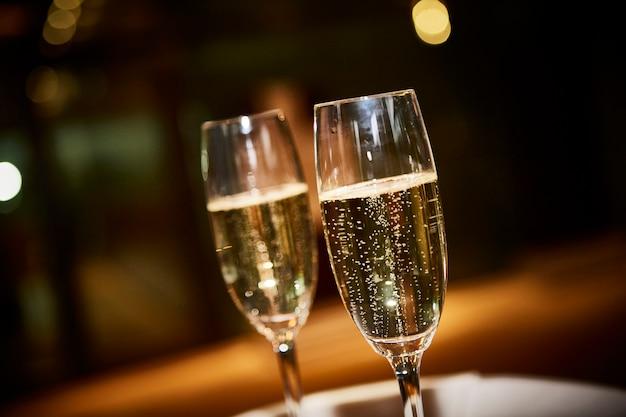 Duas taças de champanhe Foto Premium