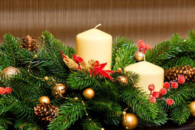 Duas velas na decoração da árvore de natal Foto Premium