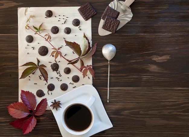 Duas xícaras de café com os bolinhos com as folhas coloridas outono. Foto Premium