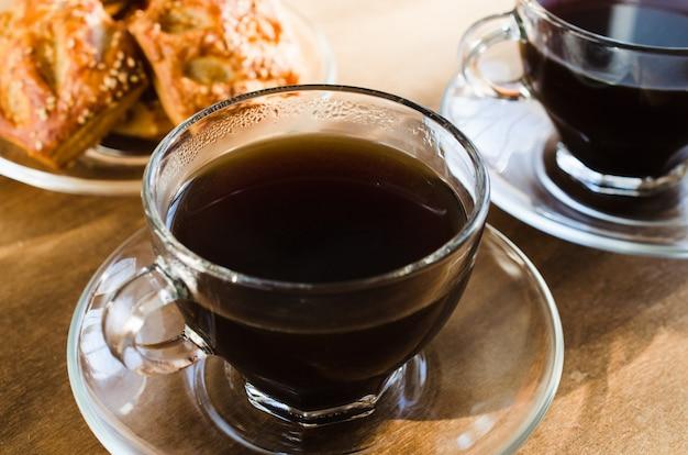 Duas xícaras de café e tortas. bom dia conceito. Foto Premium