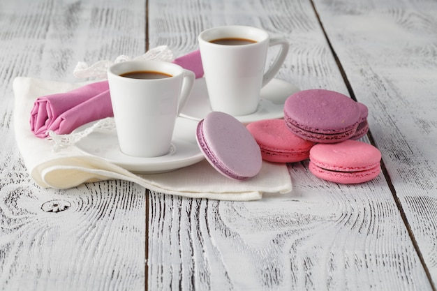 Duas xícaras de café expresso acabado de fazer com biscoitos no topo de uma mesa de madeira texturizada com copyspace Foto Premium