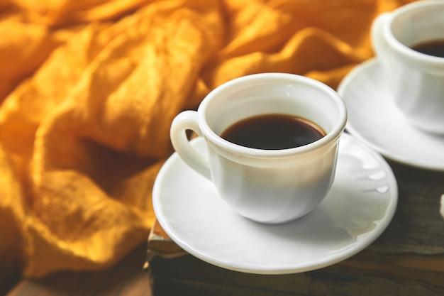 Duas xícaras de café expresso perto de cubo de açúcar Foto Premium