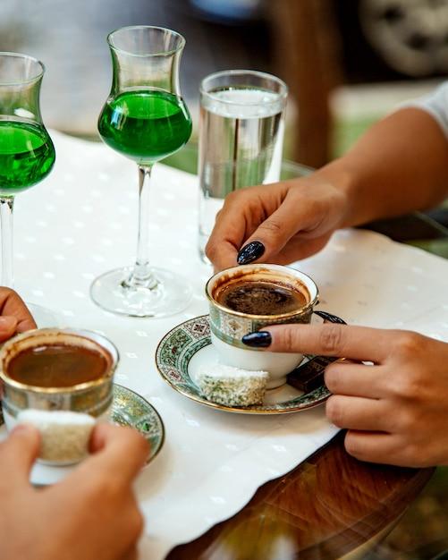 Duas xícaras de café turco com delícias Foto gratuita
