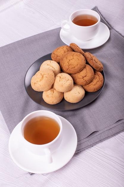 Duas xícaras de chá com biscoitos. hora do chá Foto gratuita