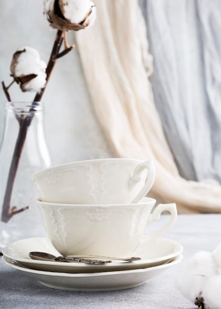 Duas xícaras de chá de porcelana retrô Foto Premium