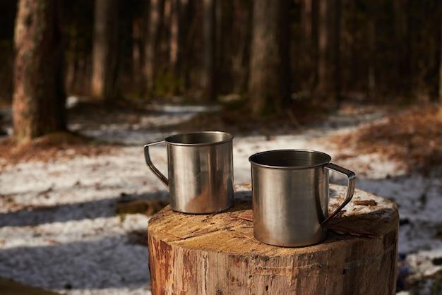 Duas xícaras de chá no toco na floresta Foto gratuita