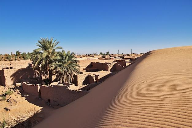 Dunas na cidade abandonada timimun no deserto do saara, argélia Foto Premium