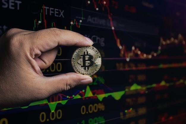 Dupla exposição da mão bitcoin no crescimento econômico Foto Premium