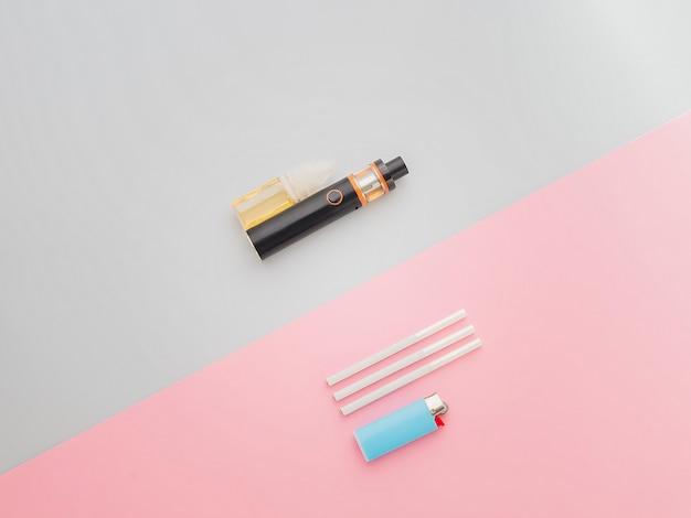 E-cigarro para vaping com um cigarro normal no bacground azul e rosa Foto Premium