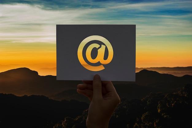 E-mail de comunicação de rede de papel perfurado a sinal Foto gratuita