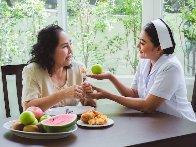 É proibido aos enfermeiros permitir que os idosos comam frango frito. Foto Premium