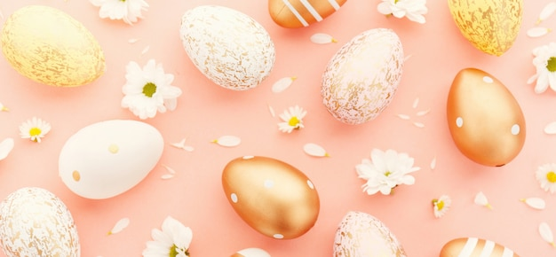 Easter flat lay de ovos com flores em rosa Foto Premium