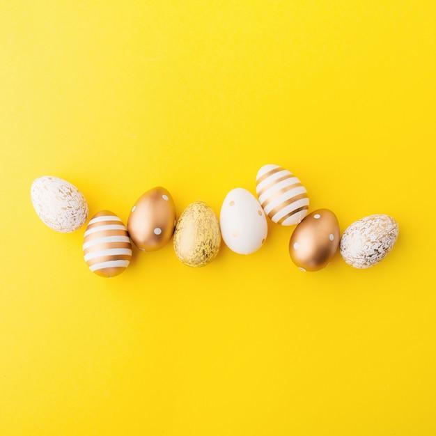 Easter flat lay de ovos em amarelo Foto gratuita