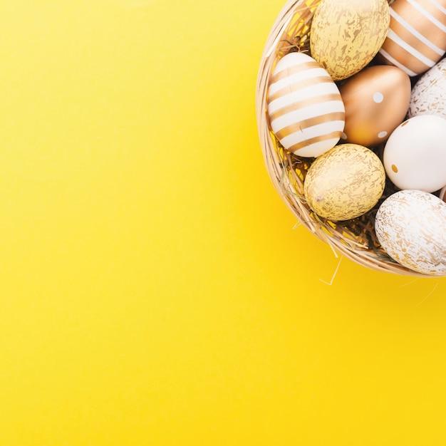 Easter flat lay de ovos no ninho Foto gratuita