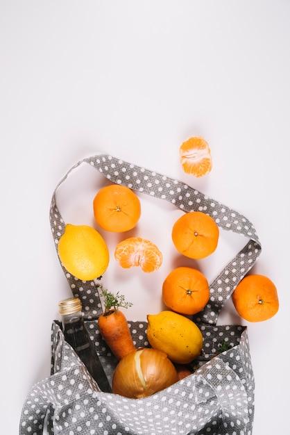 Eco amigável saco com comida saudável Foto gratuita