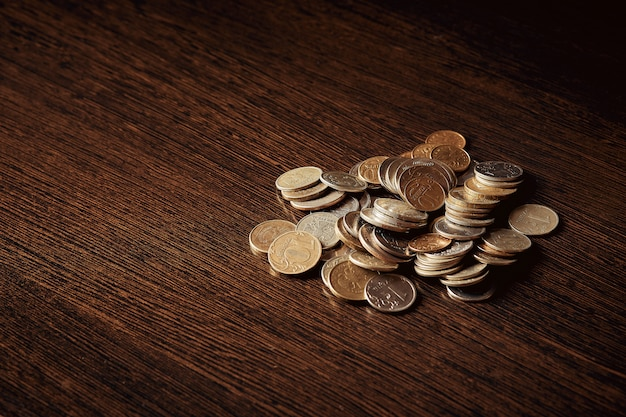 Economizando dinheiro, conceito de negócio. moedas na mesa Foto Premium
