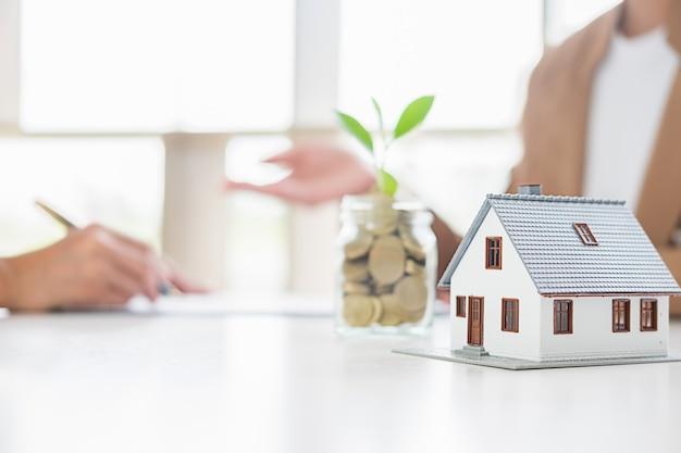 Economizando dinheiro para investir em casa ou propriedade no futuro. Foto Premium