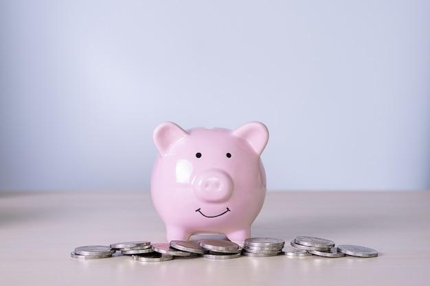 Economizando para contabilidade financeira young está economizando gerenciar investimento em dinheiro Foto Premium