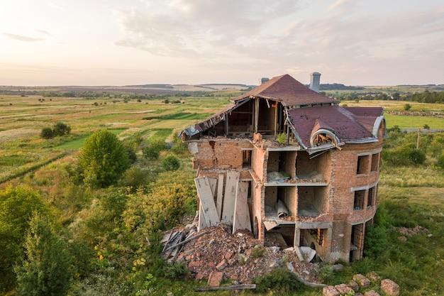 Edifício arruinado velho após o terremoto. uma casa de tijolos desmoronada. Foto Premium