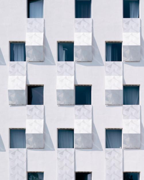 Edifício branco com janelas azuis Foto gratuita