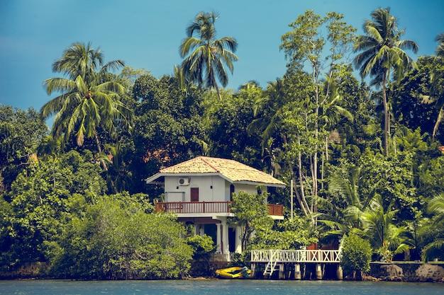 Edifício cercado por floresta tropical. sri lanka. Foto Premium