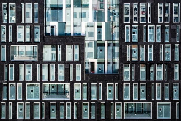 Edifício com várias janelas de vidro, edifício marrom com janelas de vidro Foto Premium