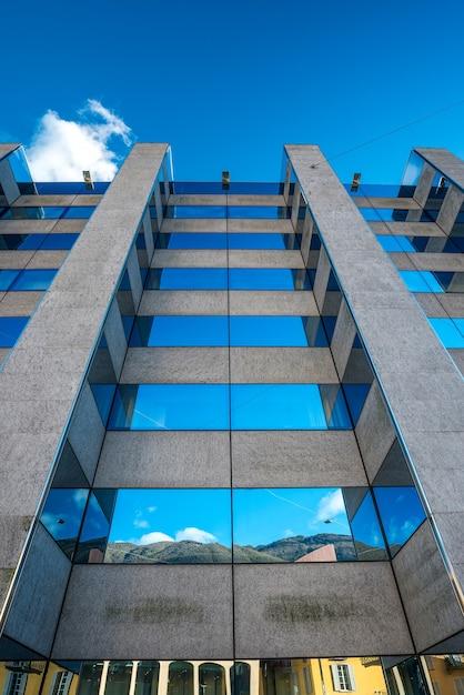Edifício comercial exterior da estrutura de vidro Foto Premium