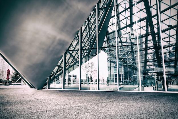 Edifício contemporâneo com fachada de vidro Foto gratuita