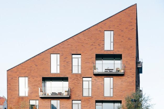 Edifício contemporâneo com telhado angular Foto Premium