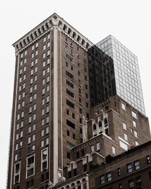 Edifício de baixo ângulo com parte moderna Foto gratuita