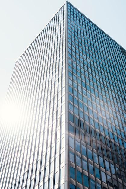 Edifício de escritórios de vidro Foto gratuita