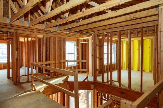 Edifício de madeira inacabada ou casa Foto Premium