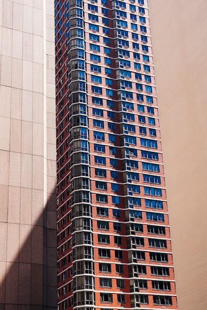 Edifício de vários andares na cidade Foto gratuita