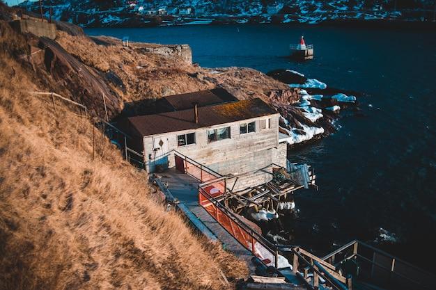 Edifício do lado da praia no inverno Foto gratuita