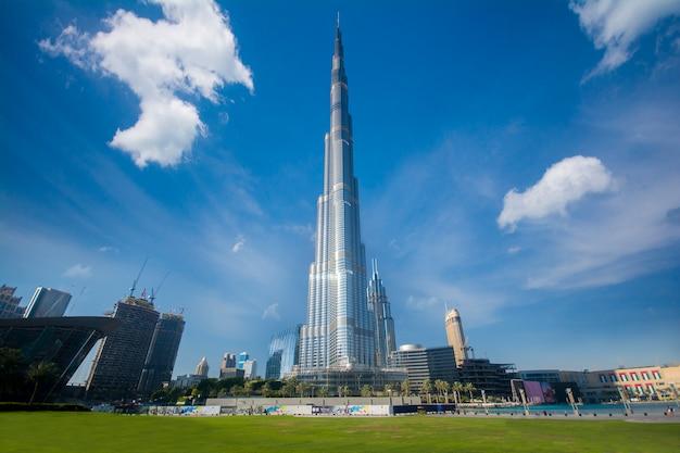 Edifício dubai burj khalifa Foto Premium