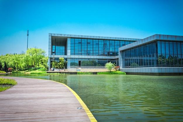 Edifício e lago Foto gratuita