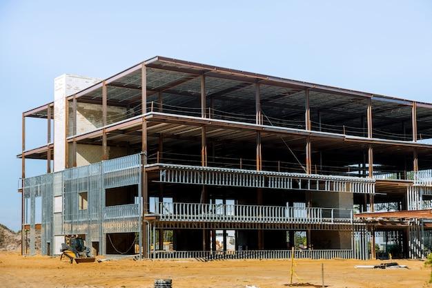 Edifício em construção com viga de aço Foto Premium