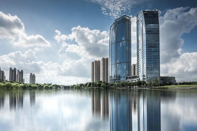 Edifício empresarial moderno à beira do pequeno lago Foto Premium