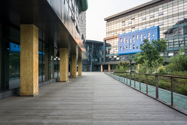 Edifício empresarial moderno da cidade e terreno vazio Foto Premium