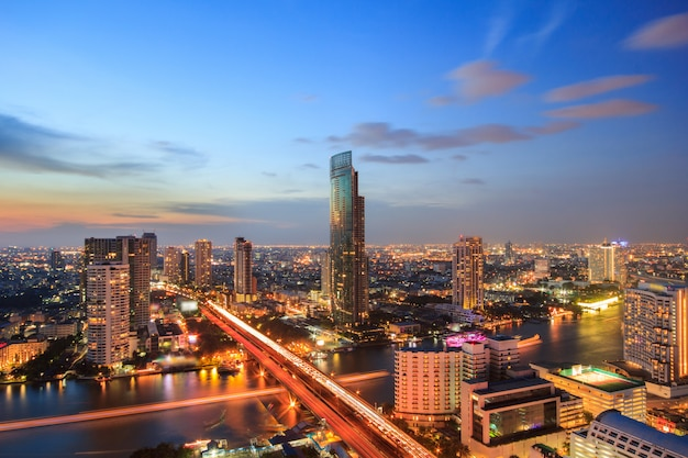 Edifício moderno à beira-rio na cena crepuscular em bangkok, tailândia Foto Premium